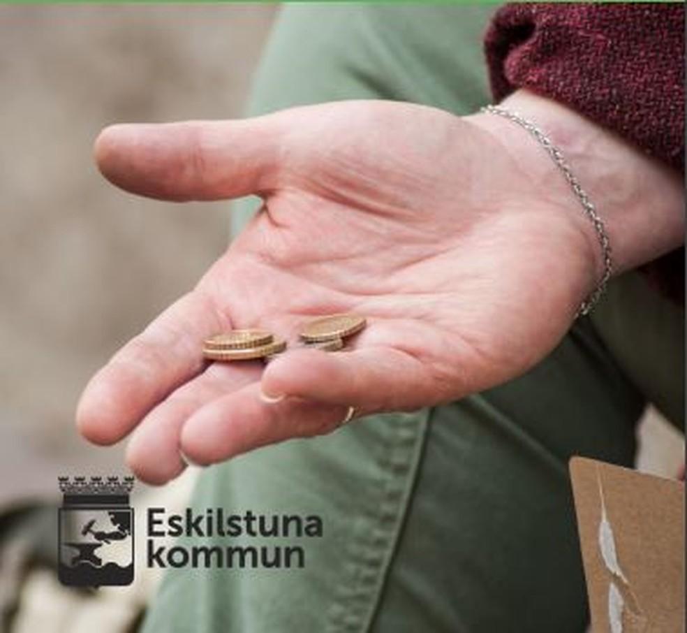 Imagem da brochura que acompanha a ficha que mendigos devem preencher na cidade de Eskilstuna, na Suécia, para poder pedir dinheiro na rua — Foto: Reprodução