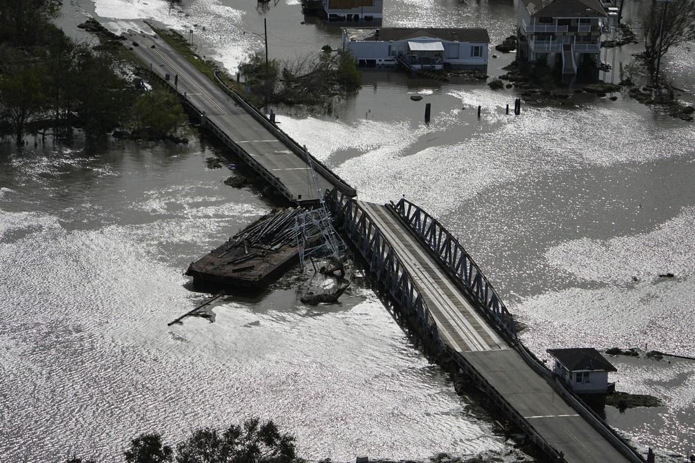 Barcaça destrói ponte em Lafitte, no estado de Louisiana, após a passagem do furacão Ida em 30 de agosto de 2021 nos Estados Unidos — Foto: David J. Phillip/AP