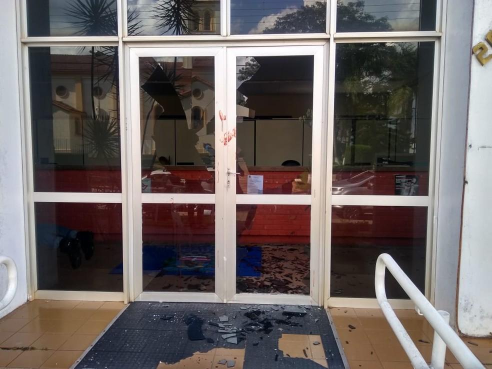 Para quebrar os vidros, homem cortou o braço e deixou marcas de sangue na porta da recepção da prefeitura — Foto: Divulgação