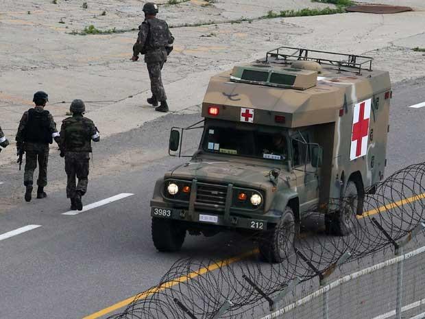 Uma ambulância militar transporta um soldado que matou cinco companheiros na Coreia do Sul. (Foto: Han Jae-ho / News1 / Via Reuters)