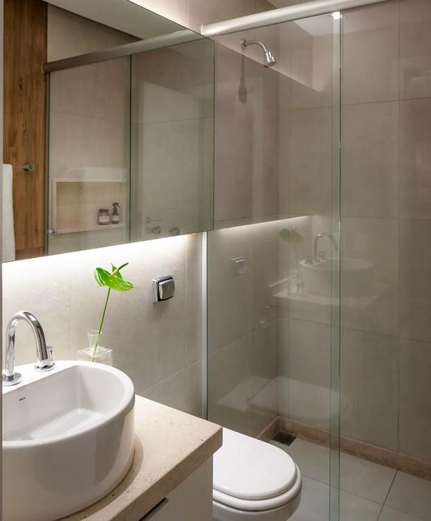 O banheiro tem armários da Todeschini Copacabana e bancada de mármore crema buzios da Marmoraria Variant (Foto: Dhani Borges)