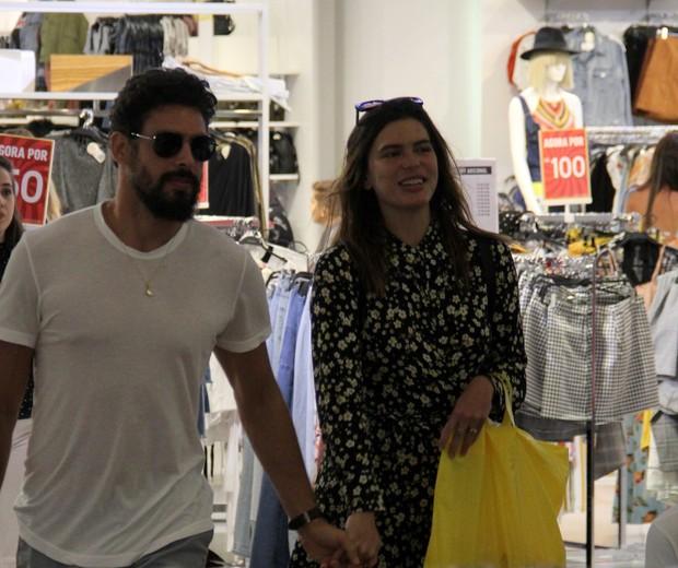 Cauã Reymond: compras com Mariana Goldfarb e Sofia (Foto: AgNews / J Humberto)