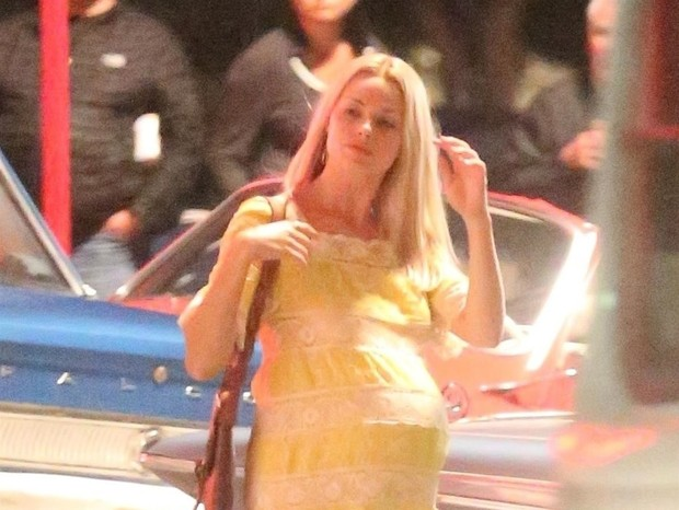 West Hollywood, CA  - - Actress Margot Robbie was seen portraying her role ash Sharon Tate in new movie 'Once Upon a Time in Hollywood' shooting on location in Los Angeles. Margot was alongside actor Emile Hirsch for the late night of filming but the scen (Foto: Byrdman / BACKGRID)