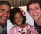 Pablo Sanábio com o marido e a filha | Reprodução
