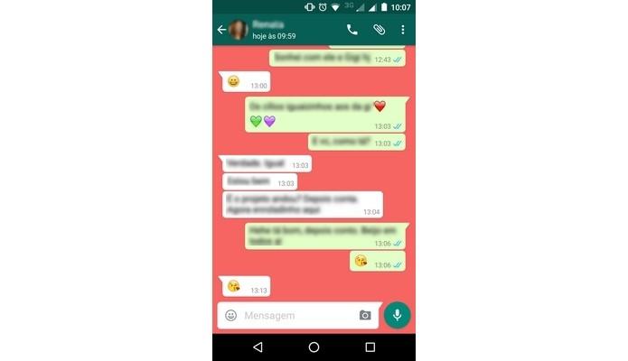 Conversa do WhatsApp com cor de fundo sólida (Foto: Reprodução/Raquel Freire)
