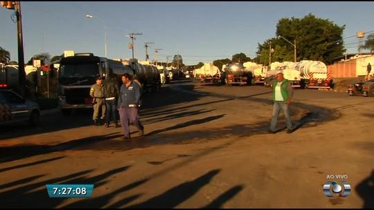 Caminhoneiros bloqueiam distribuidoras de combustíveis e rodovias em Goiás contra alta no preço diesel