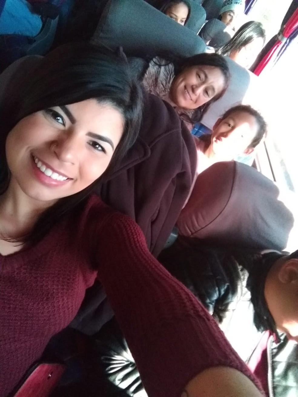Suelen dez foto com a família dentro do ônibus da excursão para comemorar aniversário de 83 anos da avó — Foto: Arquivo Pessoal