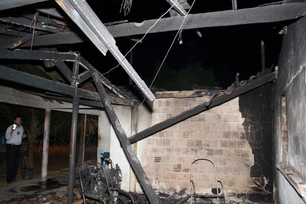 Os homens obrigaram os familiares a atearem fogo na casa em Caraúbas- RN. (Foto: Marcelino Neto/O Câmera)