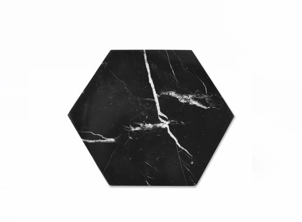 Tábua de mármore hexagonal, de Carol Bassi Jewelry, 24 x 20 x 2 cm. Select Id, de R$ 242 por R$ 172  (Foto: Divulgação)
