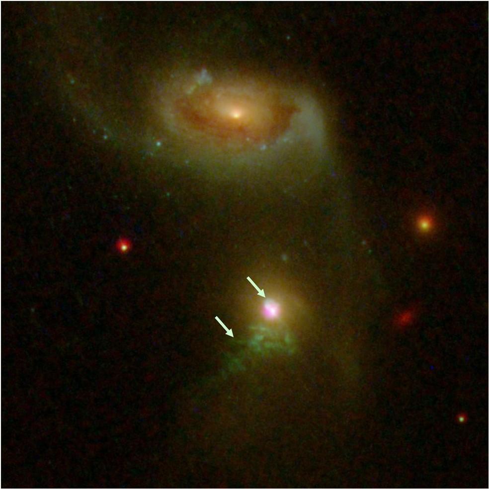Setas indicam os dois 'arrotos' do buraco negro - o mais antigo está na parte inferior, e o mais recente no alto  (Foto: Nasa/Stsci/CXC)