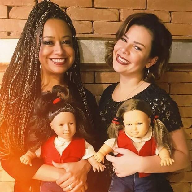Aretha Oliveira e Fernanda Souza com as bonecas de Pata e Mili, suas personagens em Chiquititas (Foto: Reprodução/Instagram)