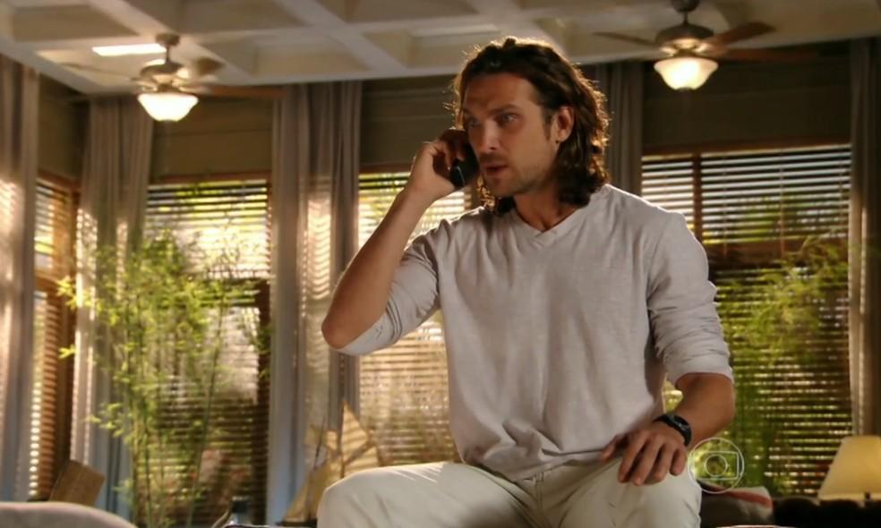 Alberto (Igor Rickli) mente para Dom Rafael (Cesar Troncoso) e afirma que não trocou os diamantes, em 'Flor do Caribe' — Foto: Globo