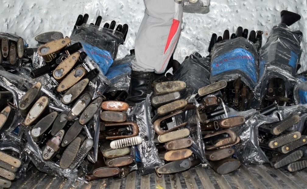 Após acordo de paz, missão da ONU trabalha para retirar armamentos da guerrilha em esconderijos. Na foto, algumas das armas resgatadas pela missão  divulgada na segunda-feira (31) (Foto: AFP)