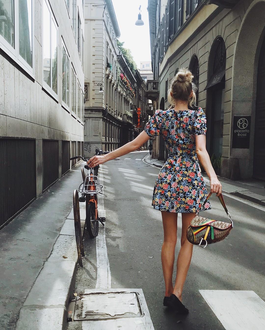 Elsa Hosk já levou a Saddle bag para o seu closet (Foto: Reprodução/Instagram)