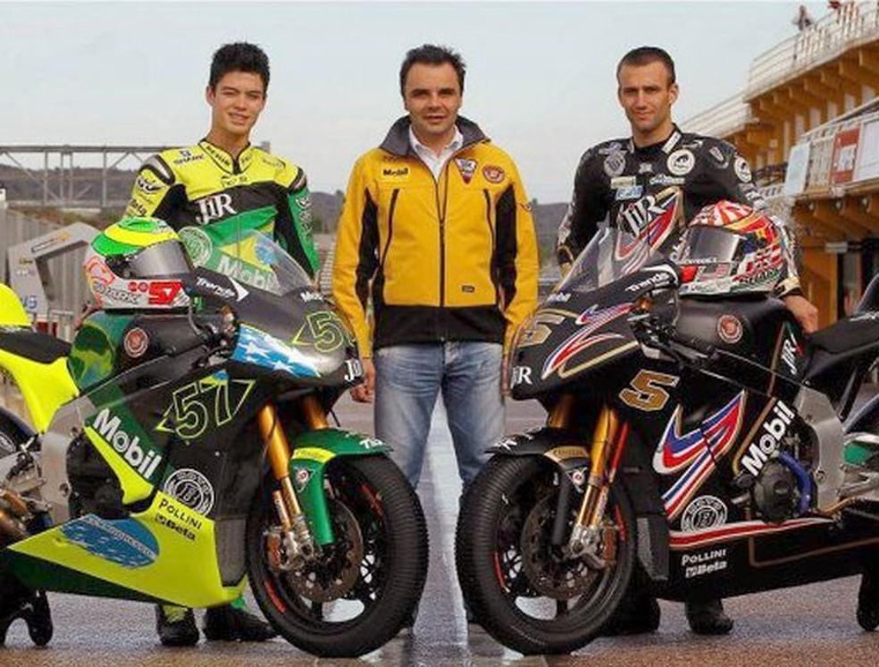 Eric Granado em 2012, ao lado do italiano Gianluca Montiron, dono da equipe JiR, e do bicampeão da Moto2  Johann Zarco, hoje na MotoGP. — Foto: Internet