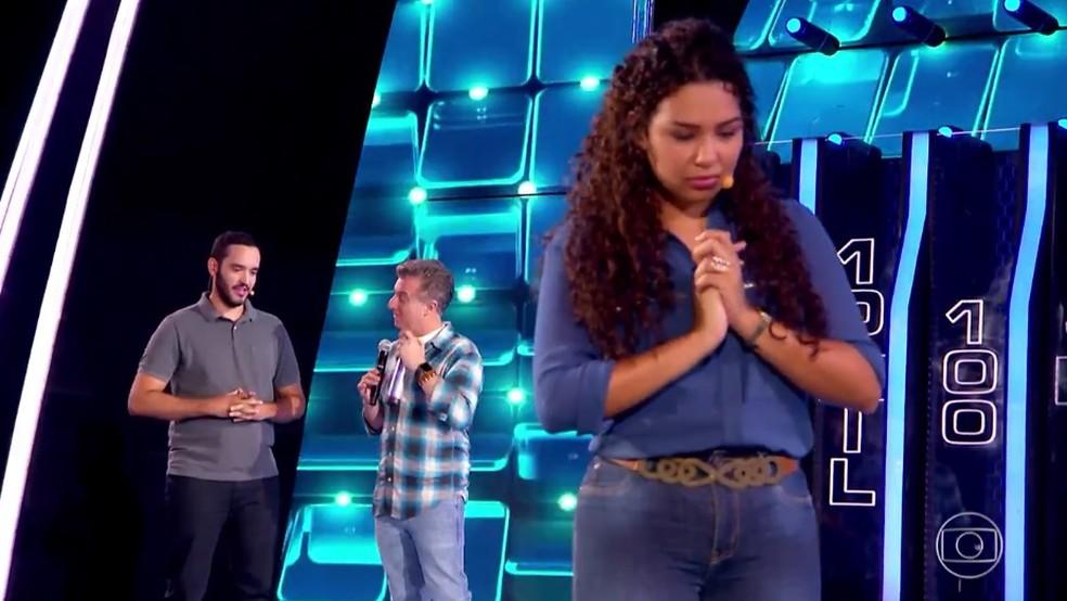 Fernanda aguarda para saber a decisão de Julian no 'The Wall' — Foto: TV Globo