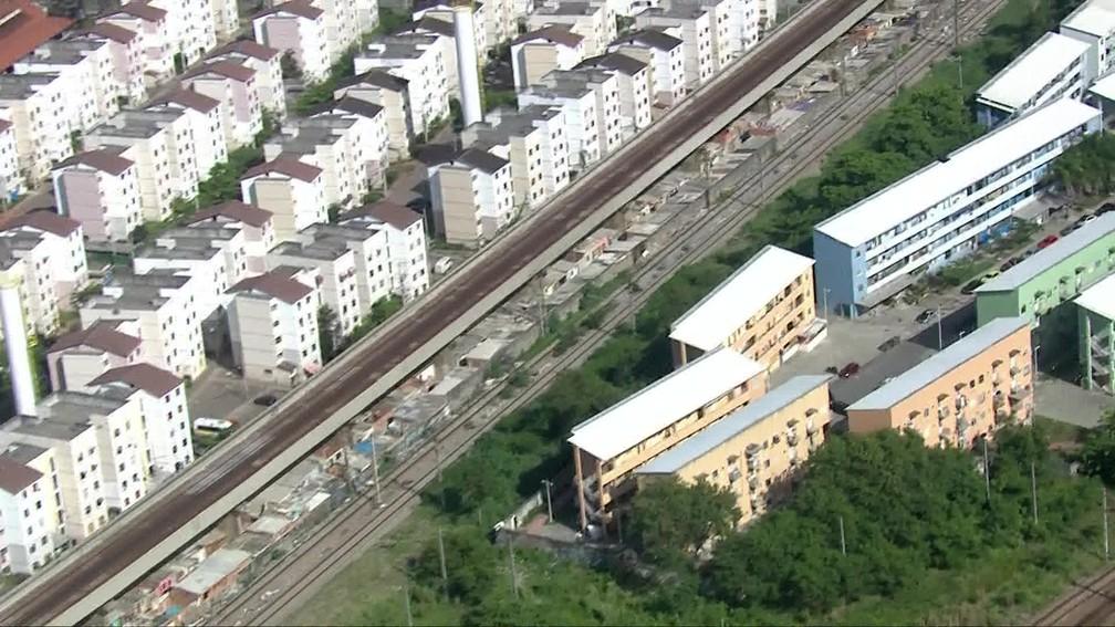 Grupo armado acessou a linha férrea e abordou os dois maquinistas perto da estação de Triagem  — Foto: Reprodução / TV Globo