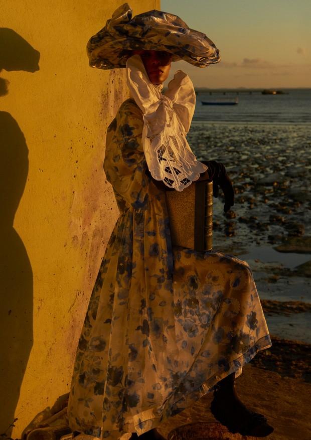 Vestido, chapéu e sapatos, tudo Mulberry. Faixa de renda, R$ 65, Ivanice Bordados. (Foto: Zee Nunes)
