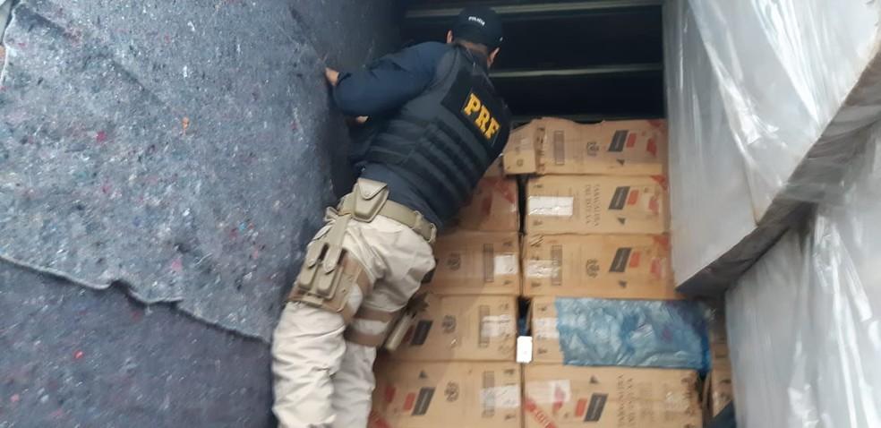 Motorista é flagrado ao transportar cerca de 700 caixas de cigarros em caminhão em Ourinhos — Foto: Polícia Rodoviária Federal/Divulgação