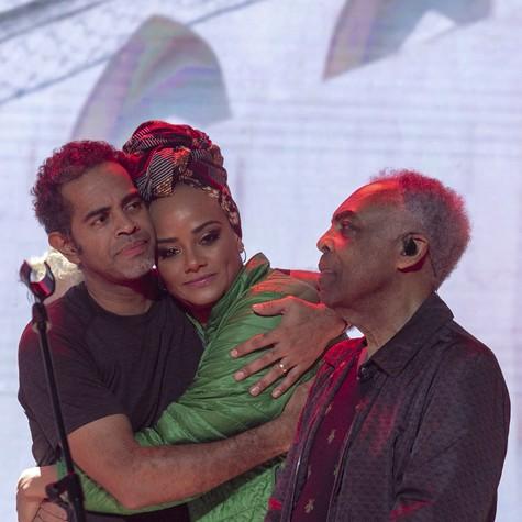 Gilberto Gil, Jair Oliveira e Luciana Mello no especial 'O Fino da Bossa' (Foto: Marcus Godoy/Record TV)