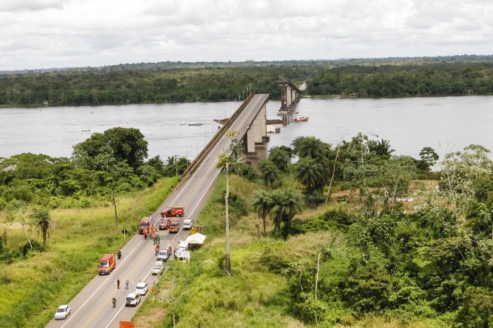 Balsa colidiu com pilar de sustentação da ponte na madrugada do dia 6 de abril deste ano. — Foto: Secom / Divulgação