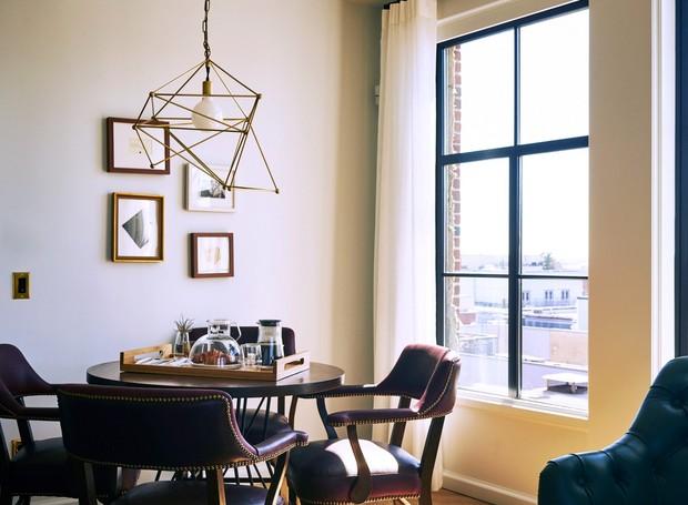 As cadeiras de couro e madeira trazem elegância à decoração (Foto: Deezen/ Reprodução)