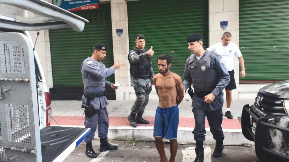 Criminoso estava usava uma cenoura fingindo que era arma de fogo — Foto: Divulgação/Eugênio Martini
