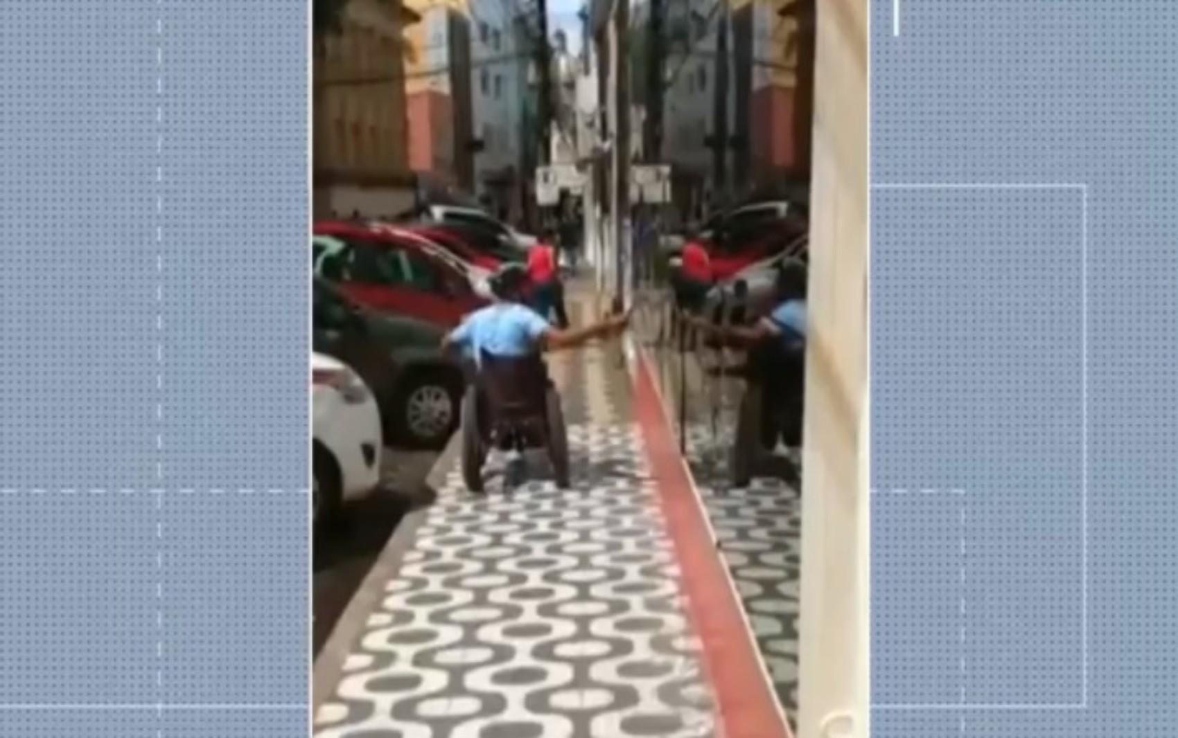 VÍDEO: Homem tenta quebrar vidro da fachada de Câmara de Vereadores na Bahia e diz que agiu por ciúmes