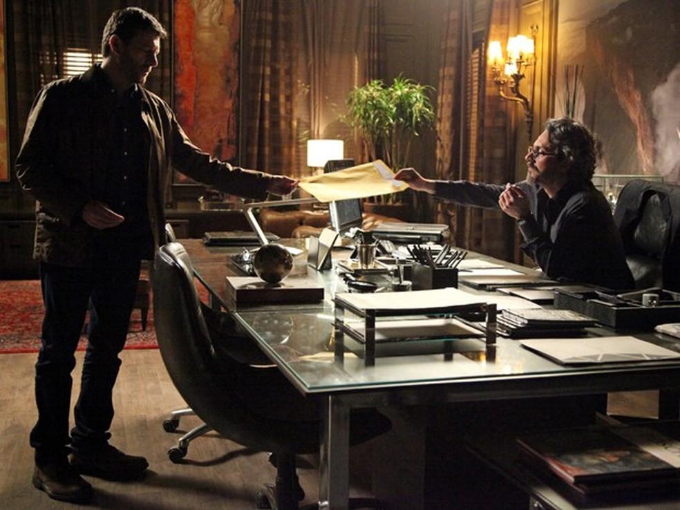 Josué (Roberto Birindelli) entrega a José Alfredo (Alexandre Nero) um dossiê sobre Maurílio (Carmo Dalla Vecchia) - 'Império' — Foto: Carol Caminha/Globo