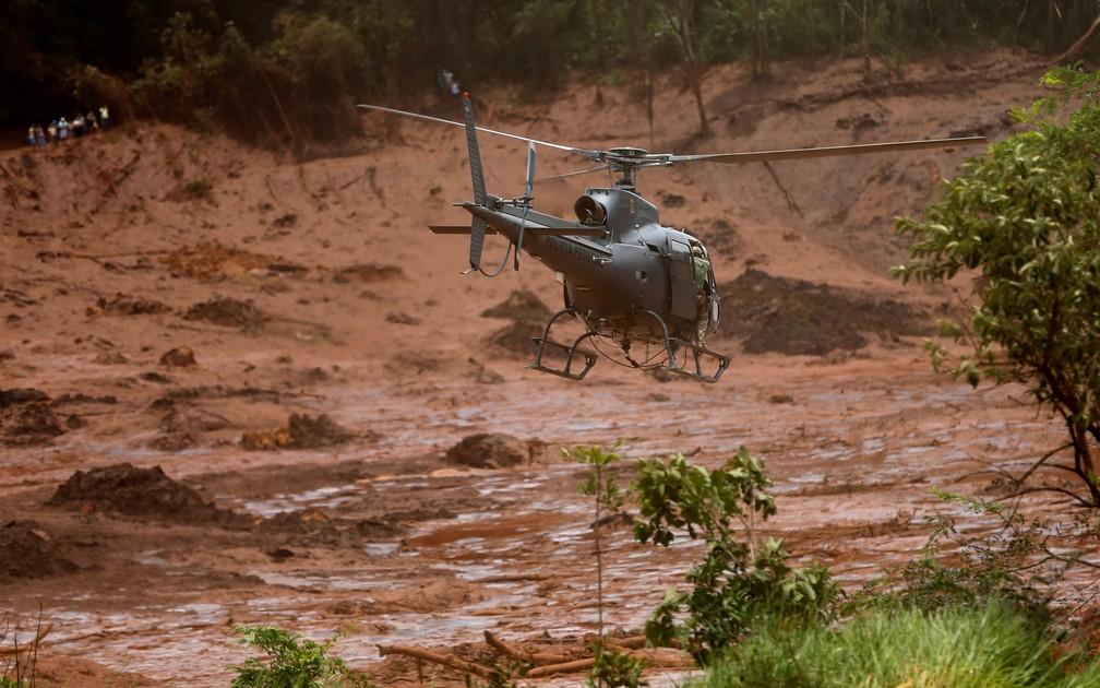 Helicóptero de resgate sobrevoa lama em busca de vítimas de rompimento de barragem em Brumadinho — Foto: Adriano Machado/Reuters
