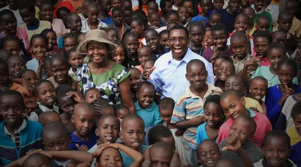 Charles Mully e sua família de mais de 13 mil órfãos (Foto: Divulgação)