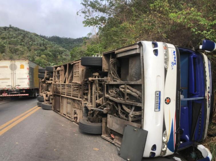 Ônibus tomba e deixa dois mortos na serra de Tianguá, no Ceará; secretário confirma 46 feridos