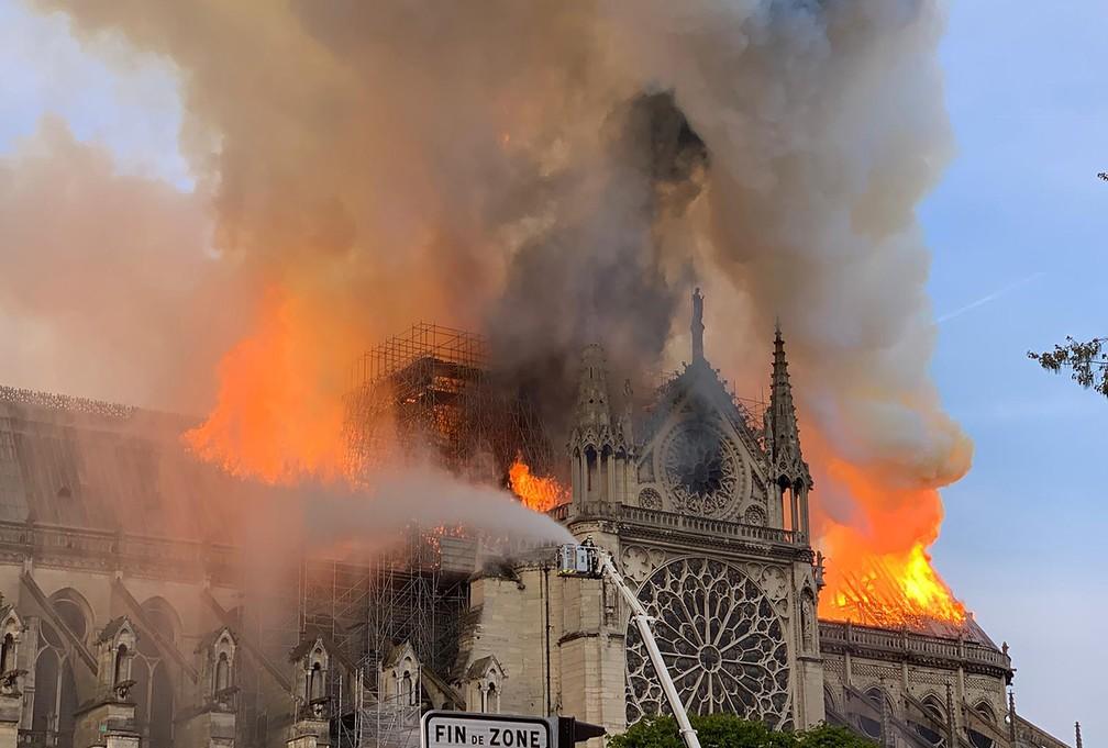 Bombeiros combatem chamas que consomem a Catedral de Notre-Dame, em Paris — Foto: Patrick Anidjar/AFP