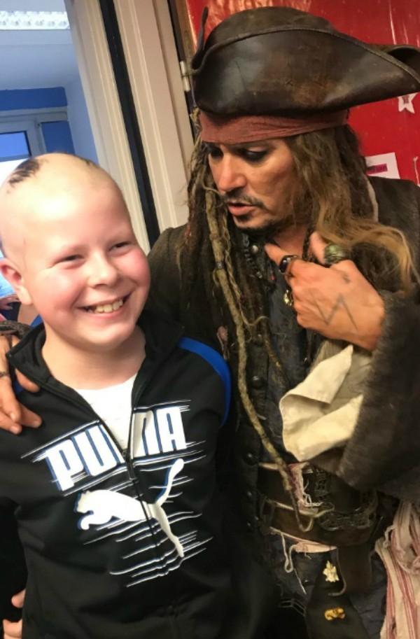 Johnny Depp como Jack Sparrow em visita a hospital  (Foto: Reprodução Twitter )