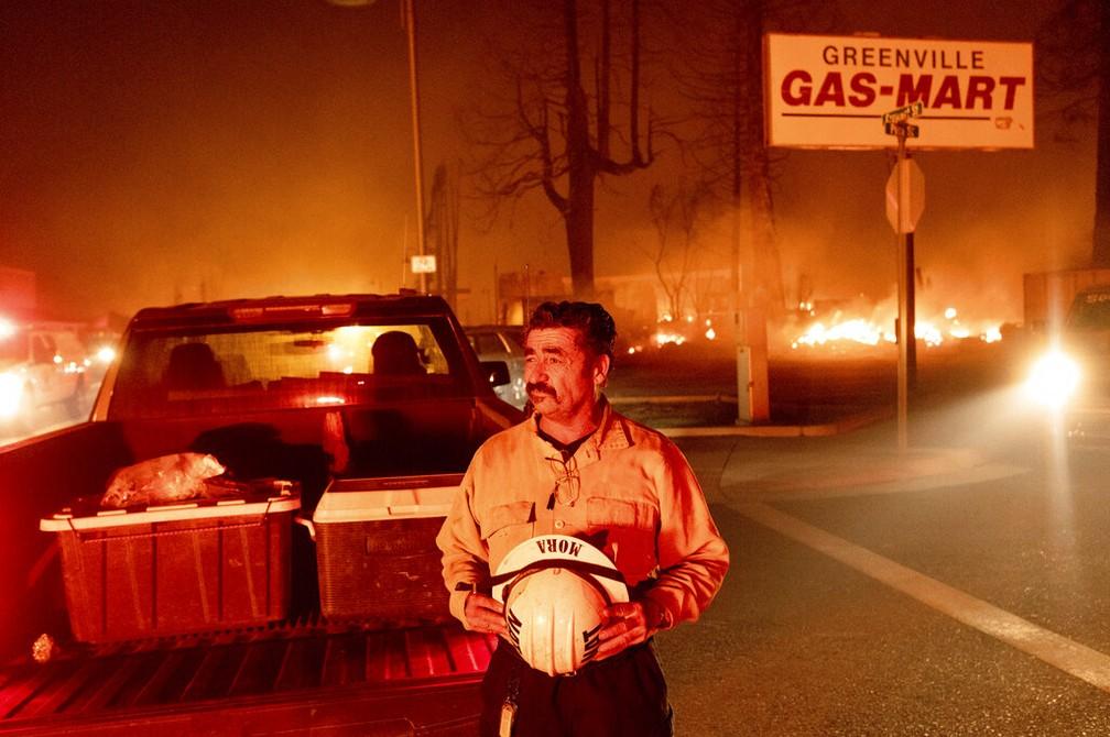O chefe do batalhão, Sergio Mora, observa as chamas na cidade de Greenville, na Califórnia, em 5 de agosto de 2021 — Foto: Noah Berger/AP