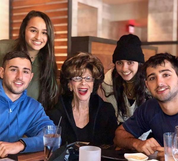 Jazz Jennings e família (Foto: Instagram)
