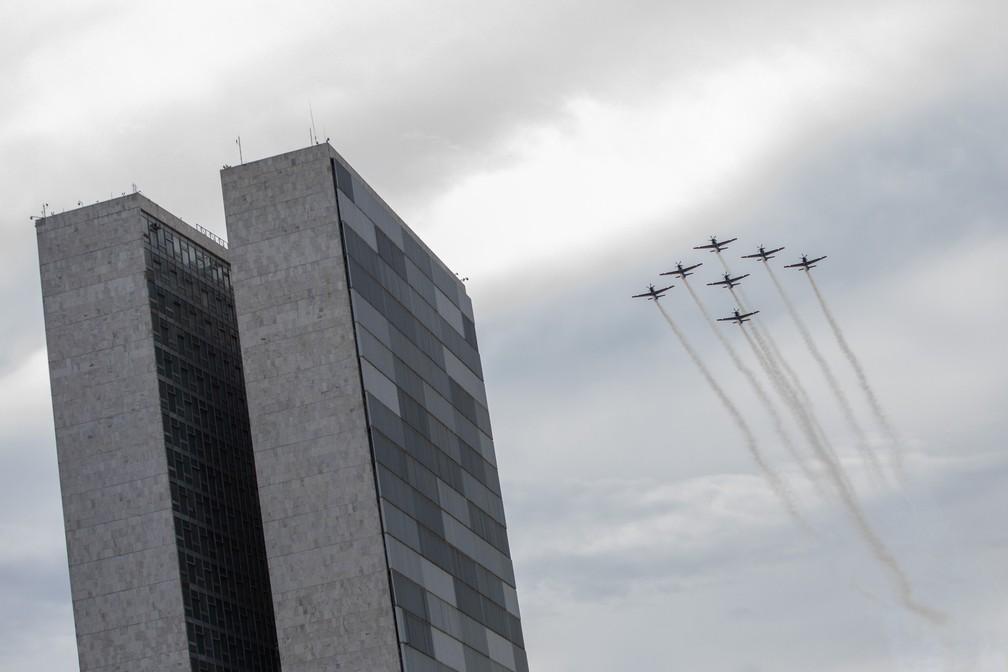 Aviões da Esquadrilha da Fumaça sobrevoam o Congresso Nacional durante cerimônia de posse de Jair Bolsonaro — Foto: Fábio Tito/G1