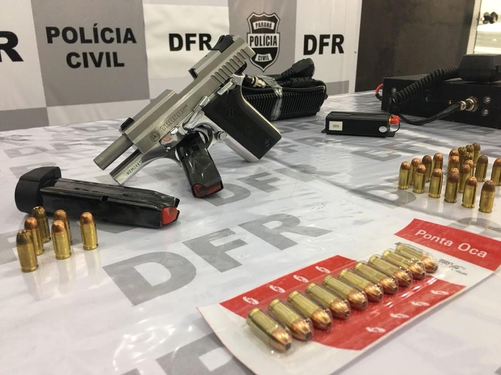 Revólver foi apreendido pela polícia durante a operação (Foto: Polícia Civil/Divulgação)