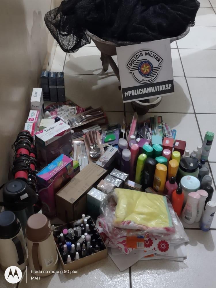 Dupla é flagrada com quase 290 produtos furtados em carriola e um homem acaba preso