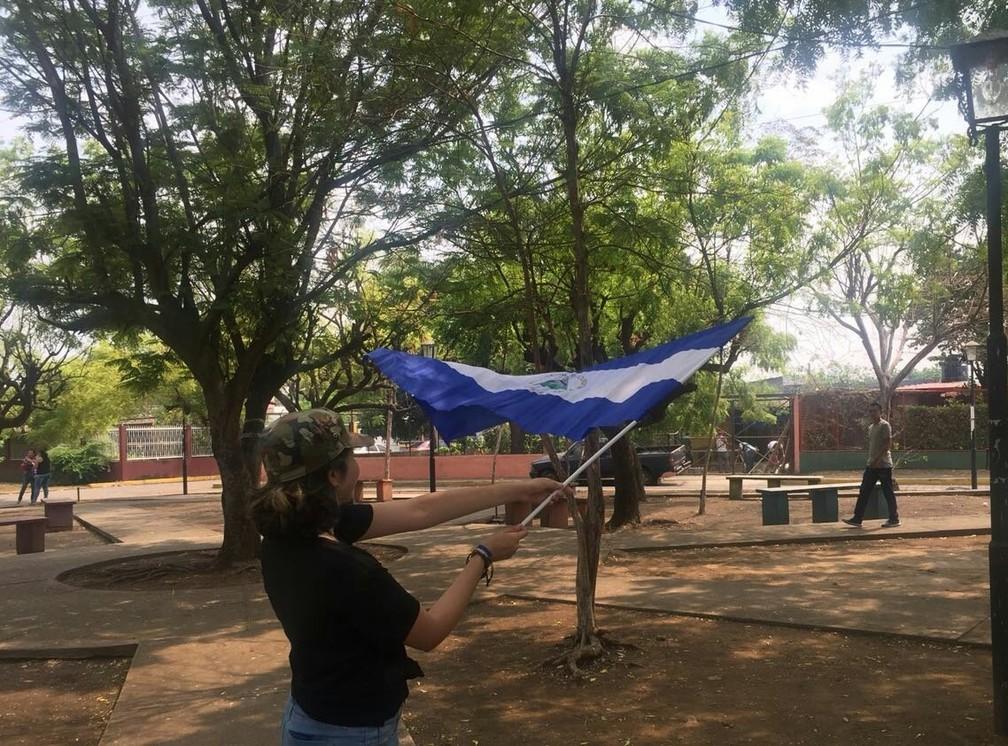 Esther, de 19 anos, balança a bandeira da Nicarágua durante protesto em León contra o presidente Daniel Ortega (Foto: Arquivo pessoal)