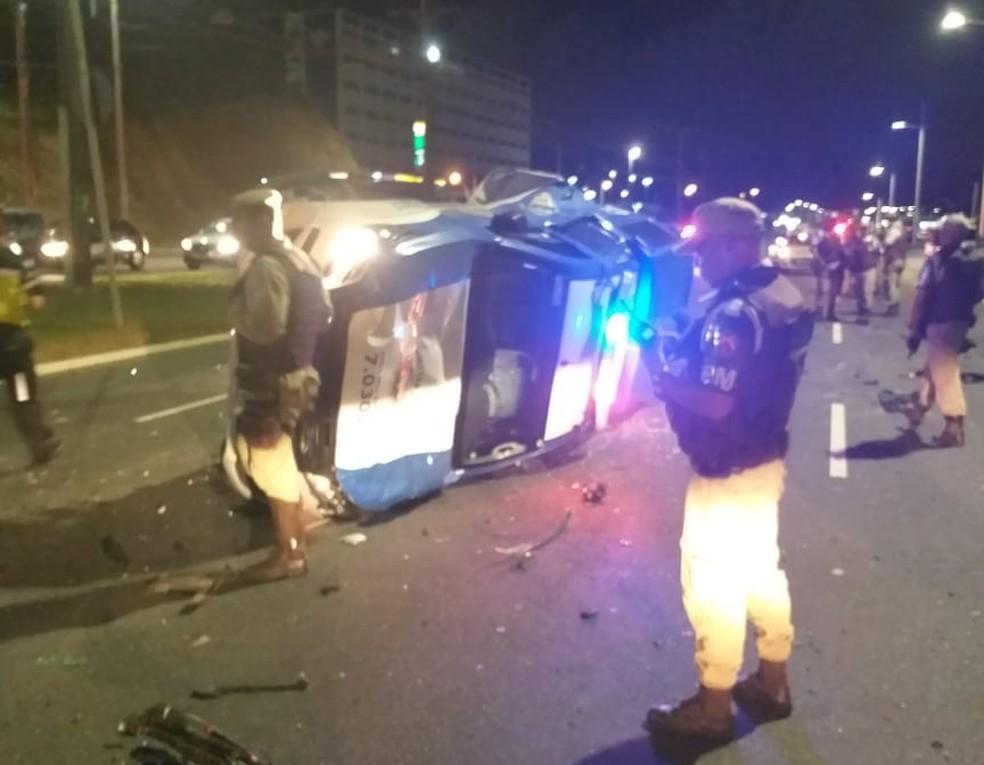 Acidente com viatura da PM na Avenida Paralela — Foto: Redes sociais