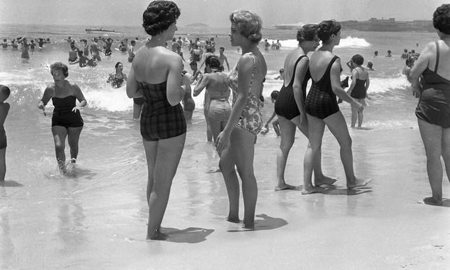 Banhistas na Praia de Copacabana, em janeiro de 1960