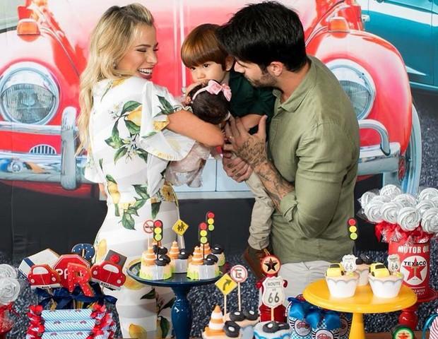 Adriana com o marido, Rodrigo, e os filhos (Foto: Reprodução Instagram)