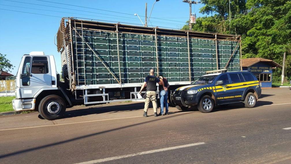 Homem foi preso em flagrante; droga estava escondida em um fundo falso no caminhão  (Foto: Divulgação/PRF )