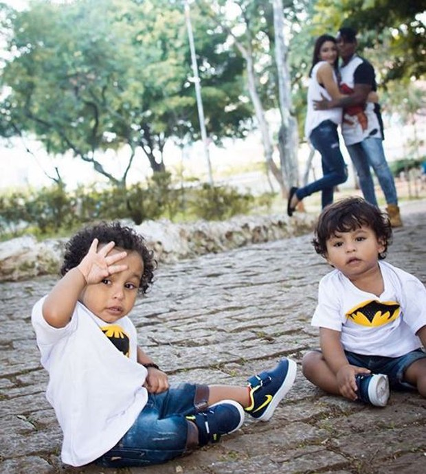 Pepê e a mulher, Thalyta Santos, com os filhos, João Gael e Enzo Fabiano (Foto: Reprodução/Instagram)