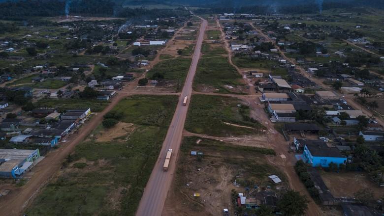 Vista aérea a BR-163 cruzando a cidade de Novo Progresso (PA) - Caminhos da Safra (Foto: Fernando Martinho/Ed.Globo)