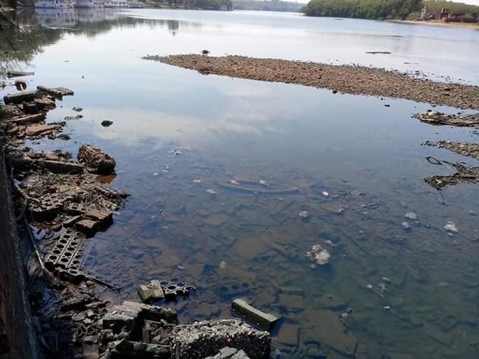 Fundo do Rio Tietê ficou visível durante esse período de estiagem em Barra Bonita — Foto: Arquivo pessoal