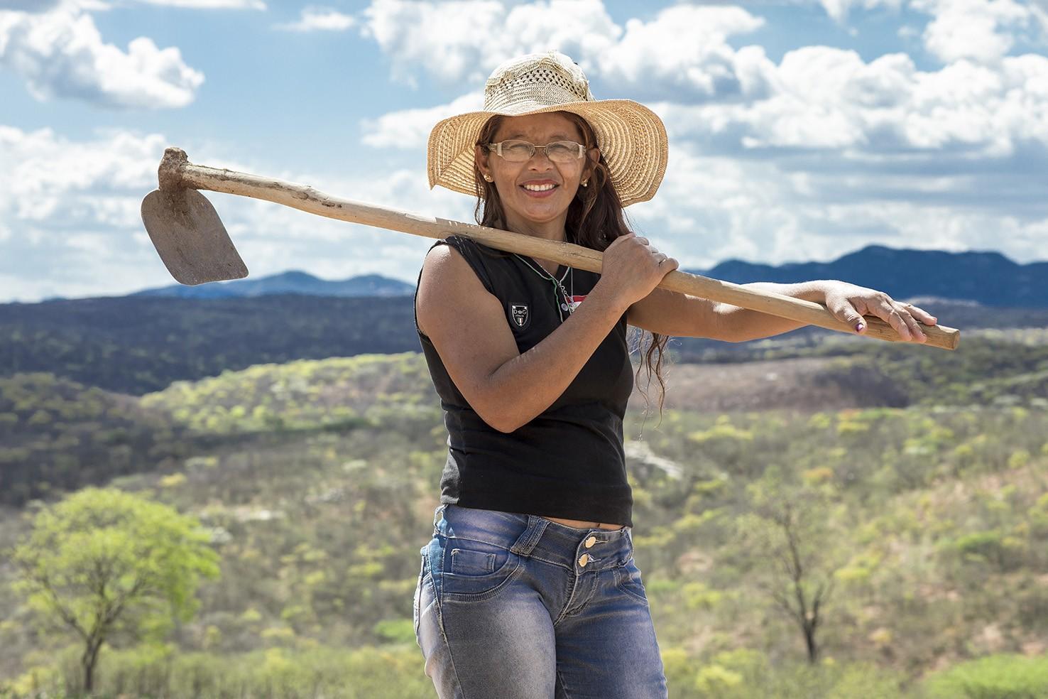 """""""Nunca imaginei que uma princesa usaria um tênis que ajudei a produzir"""", relata a agricultora Rita Ambrósio de Melo, 39 anos (Foto: Jarbas Oliveira)"""
