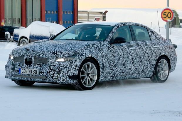 Mercedes-Benz Classe C de nova geração foi flagrado na Suécia (Foto: AutoMedia/Autoesporte)