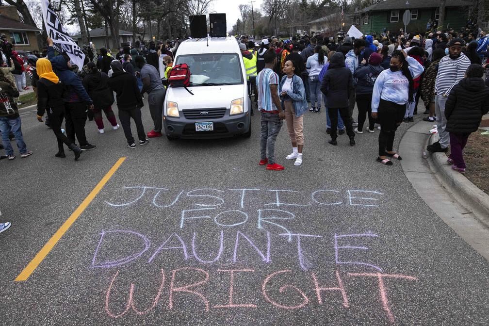 Manifestantes protestam no domingo (11) após morte de Daunte Wright em Minneapolis, nos EUA. — Foto: Christian Monterrosa/AP Photo